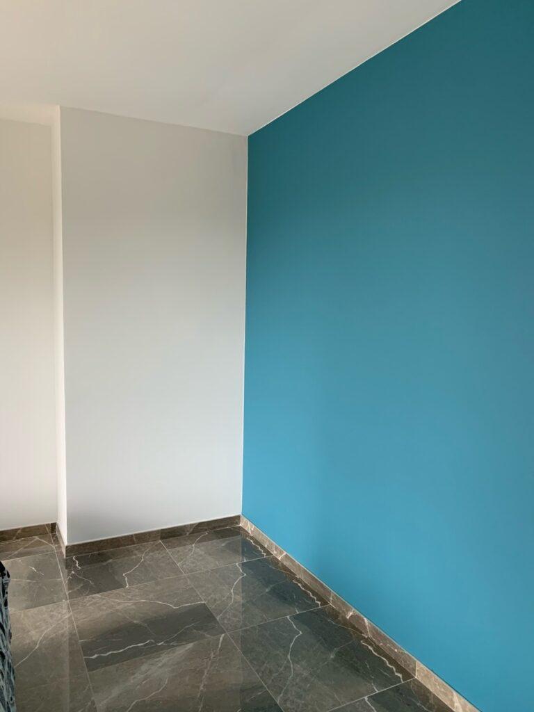 Murs blanc et bleu rénové par notre équipe de peintre à Montpellier