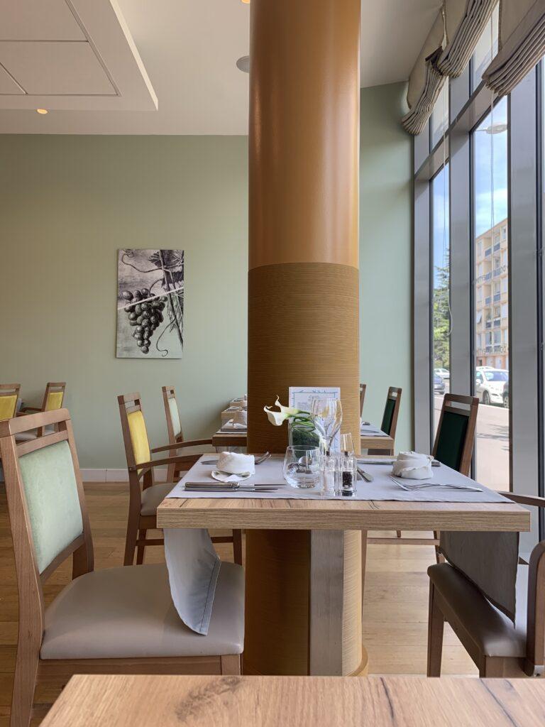 Salle de restauration avec table et chaises repeinte en vert et marron par Prebois & Fils