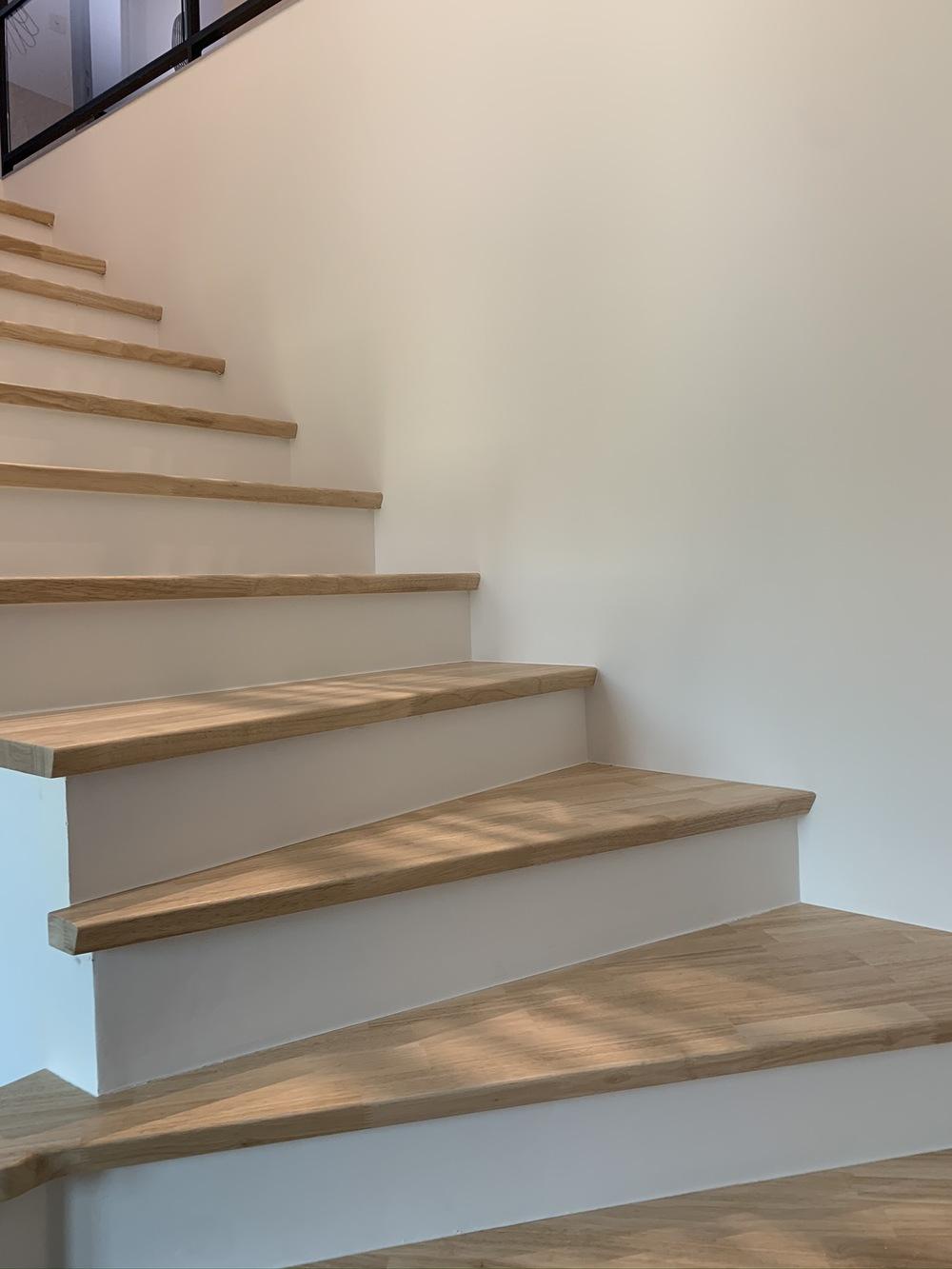 Escalier rénové et repeint en blanc par notre artisan à montpellier